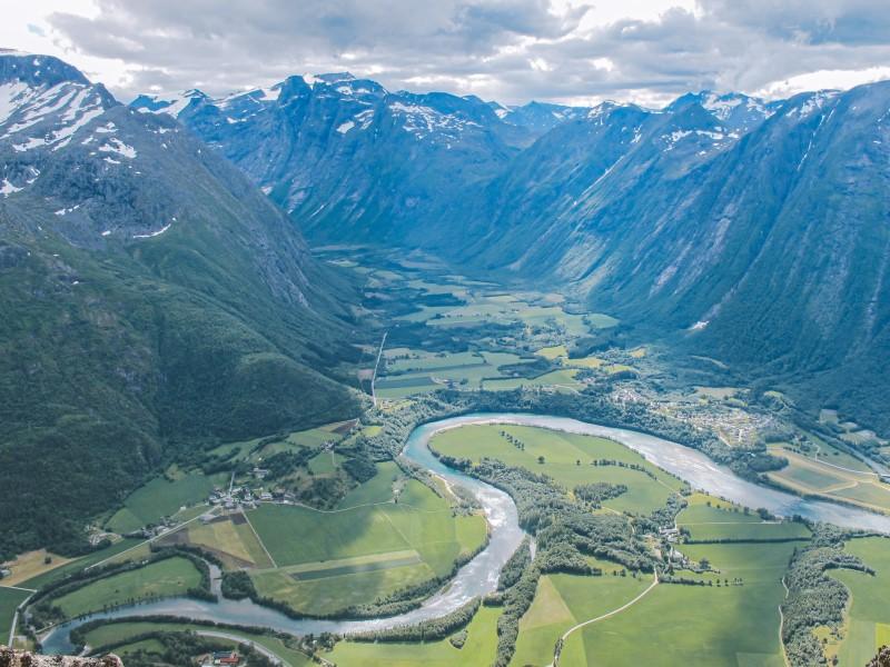 Vistas desde el Romsdalseggen hacia el valle del río Rauma, en Noruega